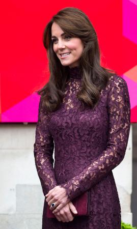 In een auberginekleurige kanten jurk vanDolce & Gabbana