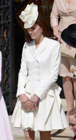 In een crèmekleurige jurk van Alexander McQueen met hoed van Jane Corbett, oorbellen van Kiki McDonough en clutch vanL.K.Bennett