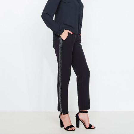Le pantalon à bandes contrastantes