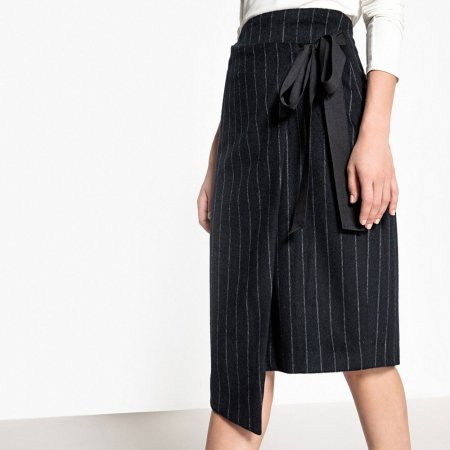La jupe portefeuille asymétrique à fines rayures