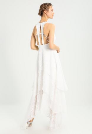 Robe asymétrique détaillée dans le dos