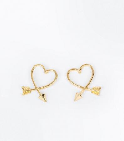 Goudkleurige oorbellen in de vorm van een hartje
