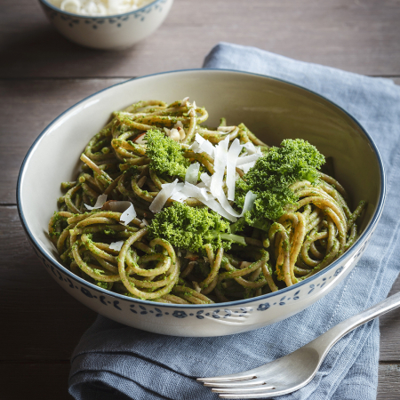 Spaghettis complets au chou kale, pesto de noisettes – 575 kcal