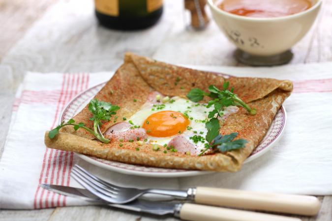 Manger une crêpe bretonne avec une bolée de cidre