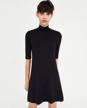 Een zwarte jurk met rolkraag