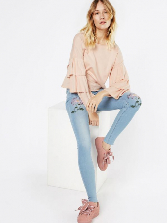Lichtroze blouse met jeans