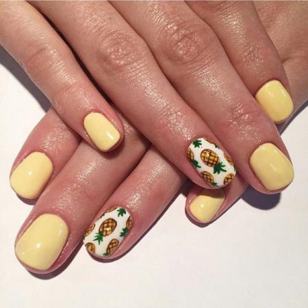 Pastelgele nagels met ananassen