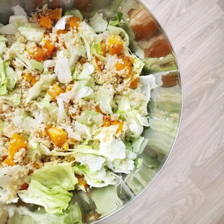 Quinoasalade met butternutpompoen en ijsbergsla