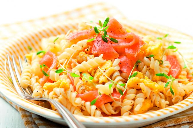 Vrijdag: pastasalade met roerei en gerookte zalm