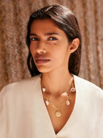 Goudkleurige halsketting met schelpjes