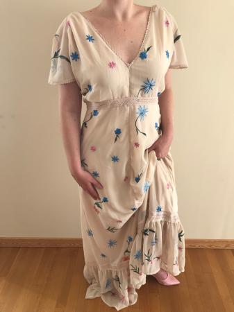 Outfit 3: nudekleurige jurk met geborduurde bloemen en roze satijnen slingbacks