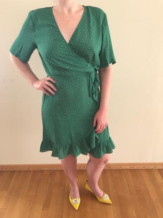 Outfit 4: smaragdgroene wikkeljurk met roze stippen en gele pumps