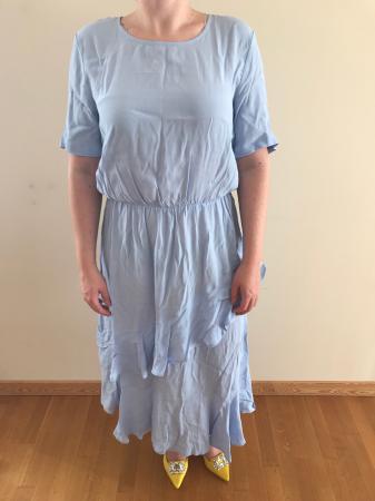 Outfit 5: babyblauwe maxi-jurk met volants en gele pumps