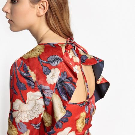 Robe fleurie avec décolleté dans le dos