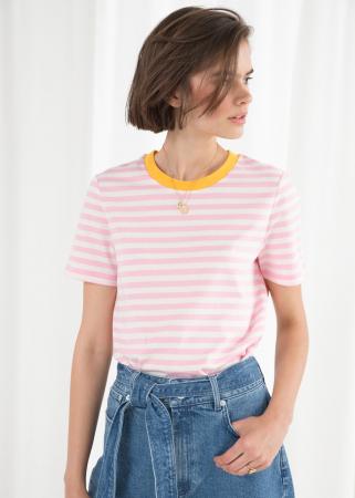 Roze-wit gestreept T-shirt met gele kraag