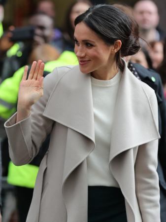 Ze heeft een duimring, wat erg ongewoon is voor royals