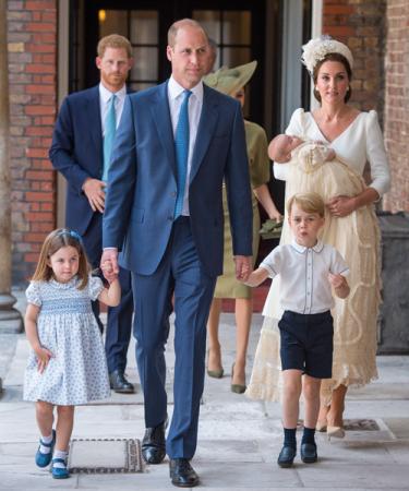 Prins William, prins Harry, Kate, Meghan, prinses Charlotte en prins George komen aan op de doop