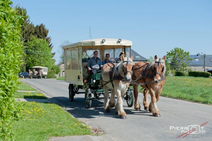 Manger une fondue dans un chariot tirés par des chevaux de traits