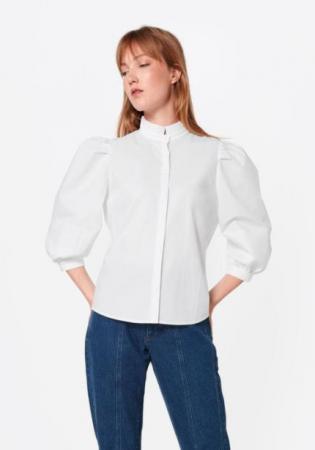 Witte bloes met opstaand kraagje en 3/4 pofmouwen