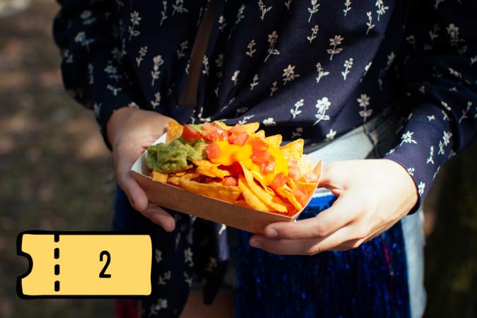 Nachos met guacamole, tomaat en gesmolten kaas