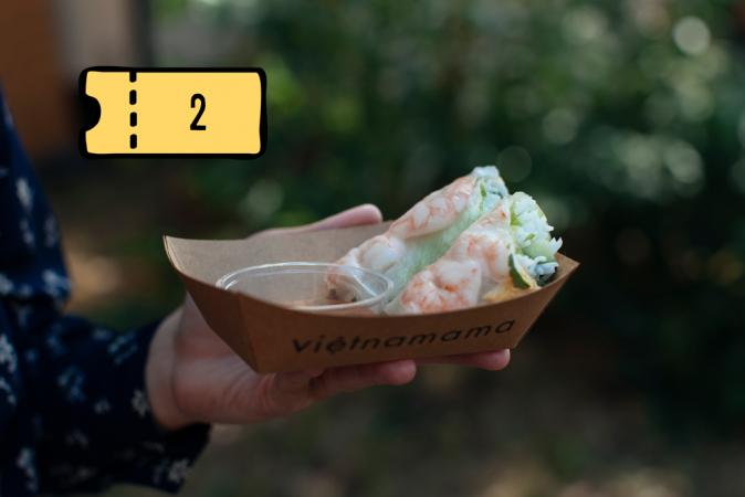 Verse, handgemaakte shrimp & egg springroll met vissaus