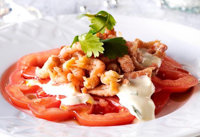 Carpaccio van tomaten met grijze garnalen