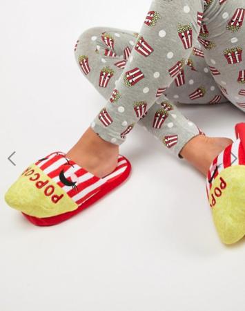 Rood-wit gestreepte pantoffels in de vorm van een popcorndoosje
