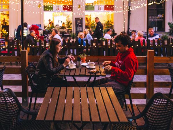 7. Neem hem mee naar het restaurant/de cinema/het café waar jullie eerste date was.