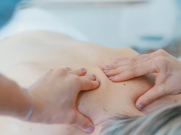 17. Geef hem een spontane massage.
