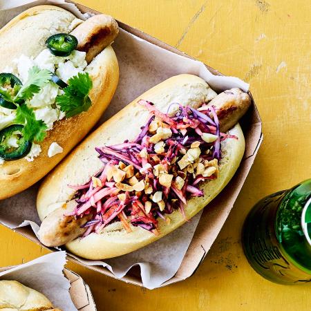 Dinsdag: hotdog met koolsla, appel en pindanootjes