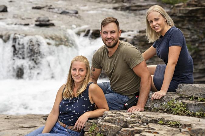 Boer Bjorn koos Jolien (22) en Evelyn (28).