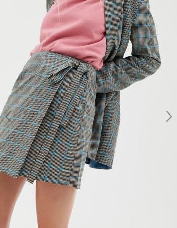 Grijze rok met blauwe ruiten en strik