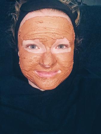 STAP 4: een op maat gemaakt masker met oranjeklei en hamamelis