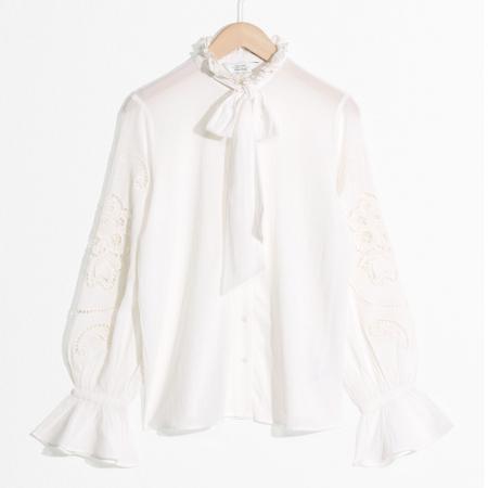 Witte bloes met strik