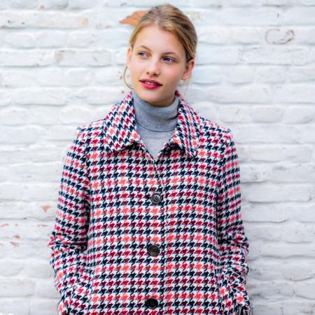 Manteau mi-long à carreaux rouges et noirs