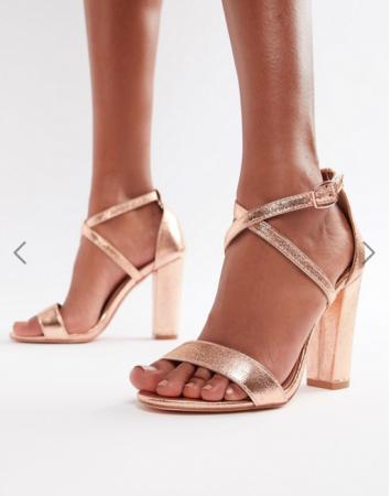 Roségouden sandalen met gekruiste bandjes