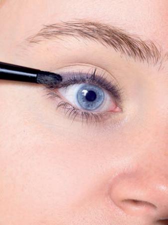 Yaisa uit Leuven ging aan de slag met oogschaduw om het perfecte lijntje te creëren