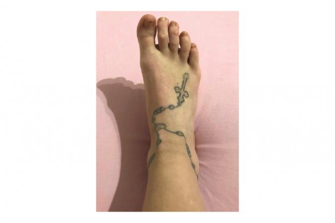 Axelle (20) had snel spijt van de tattoo op haar voet