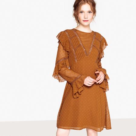 Une robe avec plumetis et/ou jeu de transparence