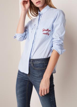 Wit-blauw gestreept hemd met opschrift 'Goodbye reality'