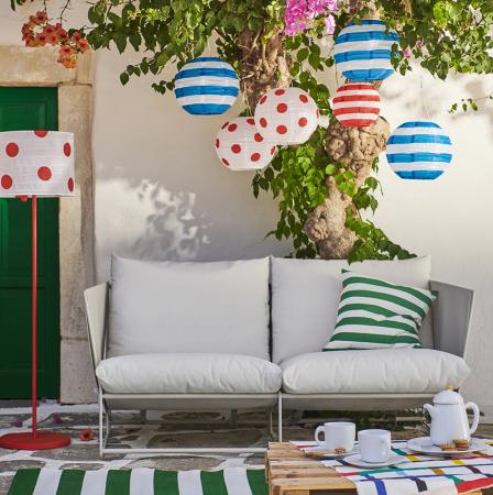 Kleurrijke lampjes, tapijt en zetel
