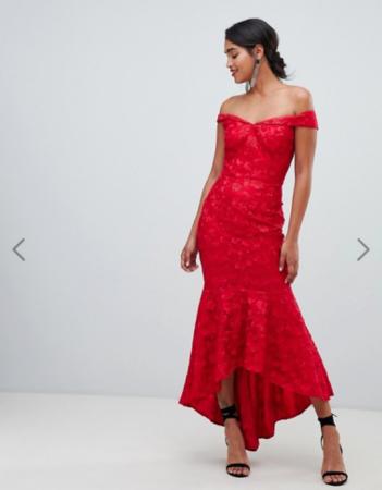 Felrode maxi-jurk met asymmetrische zoom