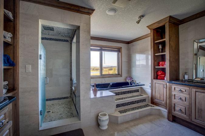 Een grote badkamer.