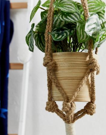Pot de fleurs suspendu avec franges et en macramé