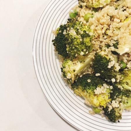 Quinoasalade met broccoli en erwtjes