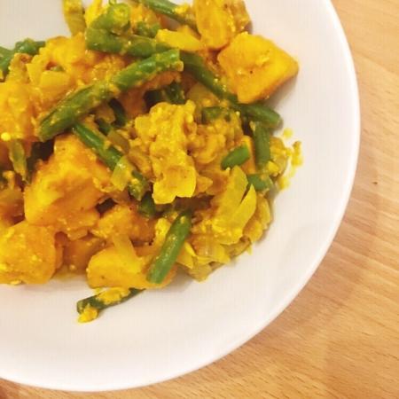 Curry van zoete aardappel en sperzieboontjes