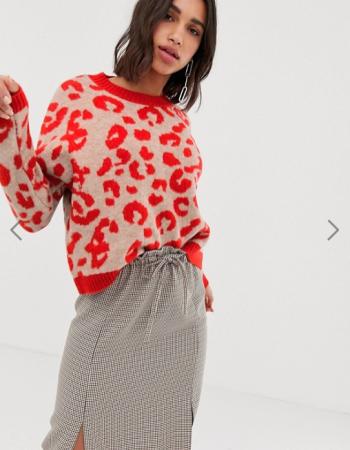 Beige trui met rode luipaardprint