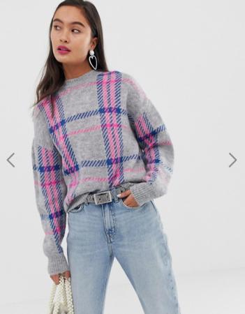 Grijze trui met roze en blauwe ruiten