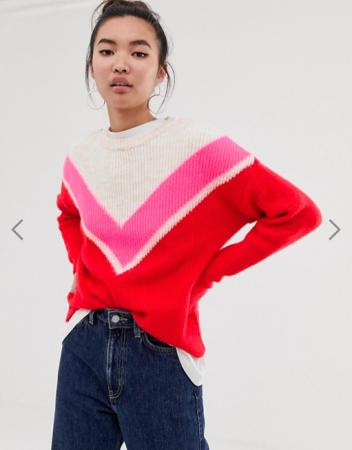 Witte trui met roze en rode details