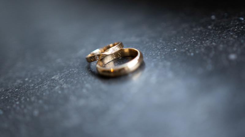 Ze kozen gouden ringen omdat die kleur ook terugkwam in de accessoires die ze tijdens het huwelijk droeg. 'We vinden het ook een warme kleur. De ringen zijn speciaal voor ons ontworpen door Goudskool in Genk, en onze initialen staan erin gegraveerd.'